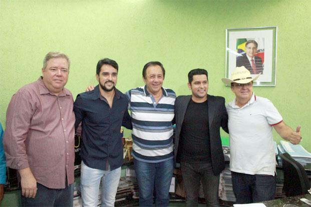 O prefeito Getúlio entre o vice Dr. Ilter, o novo secretário de Cultura, Fred Magalhães, o cantor Léo Magalhães e o amigo Théo Barbosa