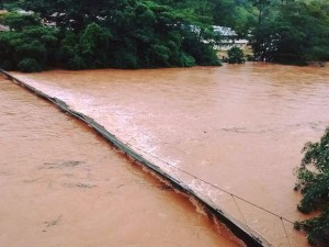 Ponte de Arame na cidade de Ferros foi levada pela chuva - Foto: Assessoria da Prefeitura de Ferros)