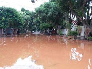 Ruas da Ilha dos Araújos estavam alagadas durante a manhã em Governador Valadares (MG) - Foto: Rodrigo Barreto/Arquivo Pessoal)