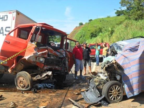 Carro invadiu a contramão e bateu de frente com o caminhão - Foto: Zaqueu Ferreira Campos/Arquivo Pessoal)
