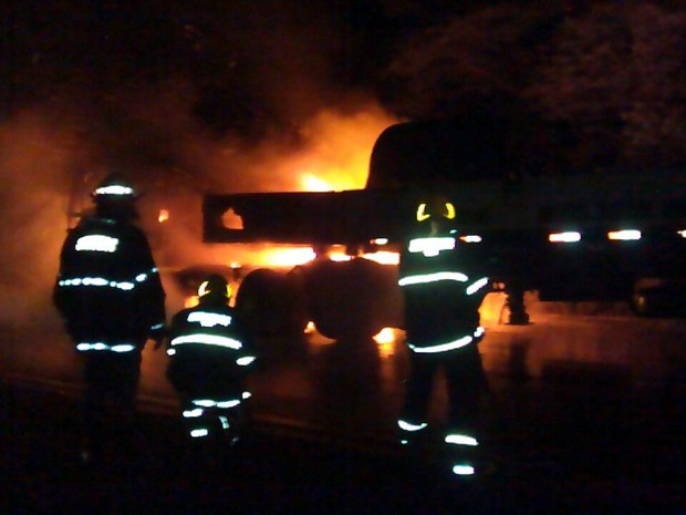 Fogo foi controlado em 30 minutos - Foto: Corpo de Bombeiros de Teófilo Otoni)