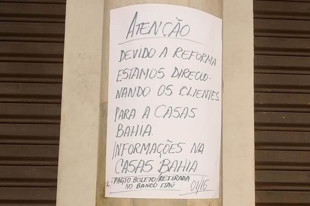 O cartaz escrito à mão que foi afixado à porta diz que a loja está em obras, mas informações dão contas de que a empresa fechou mesmo as suas portas
