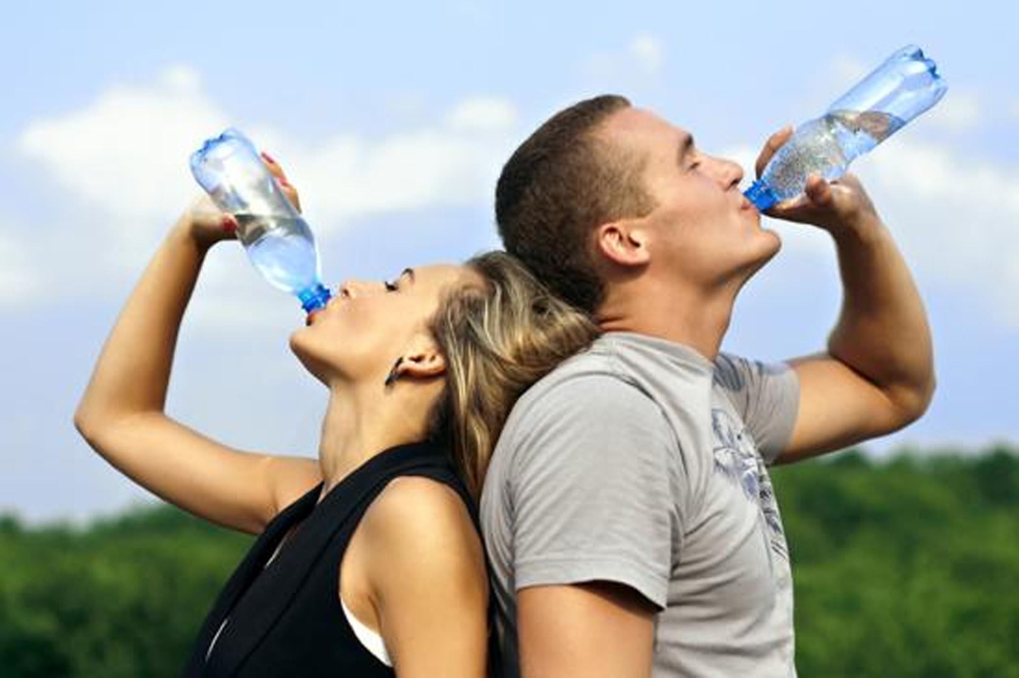 Dizer que água engorda é um mito. E tomar o líquido em jejum na esperança de emagrecer é outra ilusão. Tire mais dúvidas