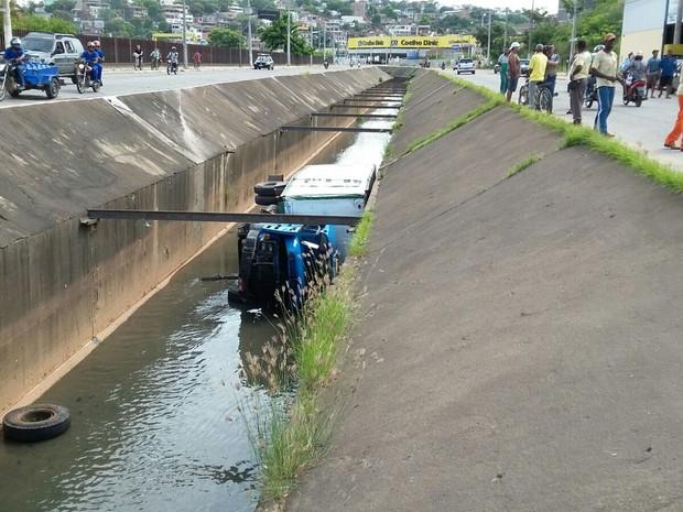 Roda dianteira se soltou e motorista perdeu direção do caminhão - Foto: Rodrigo Barreto/ Arquivo Pessoal