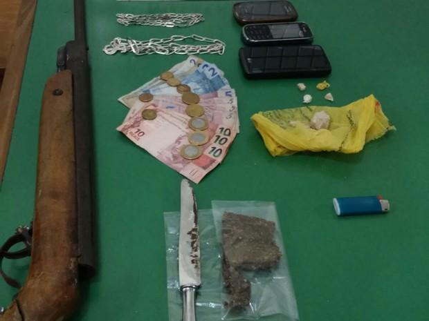 Com ele foi apreendido R$ 64 em dinheiro, drogas, celulares e uma arma de fogo - Foto: Divulgação / PM