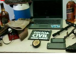 Celulares, notebook, armas e bebidas apreendidas pela Polícia Civil em Campanário - Foto: Divulgação/Polícia Civil