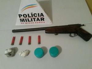 Drogas e espingarda apreendida com adolescente em Governador Valadares (MG) - Foto: Divulgação/Polícia Militar
