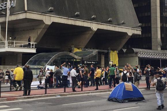 Com bandeiras do Brasil amarradas ao corpo, um grupo de manifestantes bloqueia os dois sentidos da Avenida Paulista contra a nomeação de Lula para a Casa Civil e pelo impeachment da presidenta Dilma Rousseff - Foto: Elaine Patricia Cruz/Agência Brasil