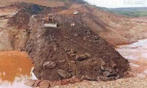 Obras de uma das estruturas de contenção, com formação de reservatório abaixo da barragem de Santarém - Foto: Inquérito do MPMG/Reprodução)