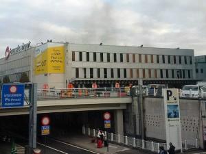 Fumaça no terminal de embarque do Aeroporto Internacional de Zaventem, em Bruxelas, na Bélgica, após explosões - Foto: Daniela Schwarzer / via AP Photo
