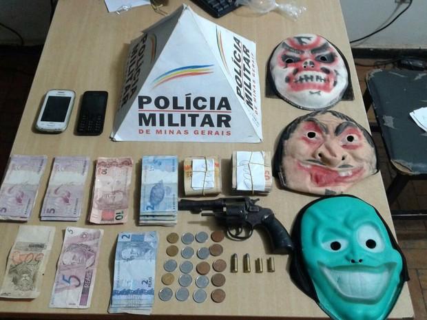 Máscaras foram apreendidas na casa de um dos assaltantes - Foto: Divulgação / Polícia Militar