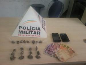 Material apreendido com o jovem e o adolescente no bairro Santa Helena - Foto: Polícia Militar/ Divulgação)