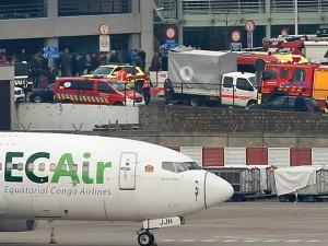 Veículos de serviços de emergência no aeroporto de Zaventem - Foto: Francois Lenoir / Reuters