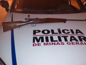 Fuzil foi apreendido em fazenda de Almenara (MG) - Foto: Divulgação/Polícia Militar