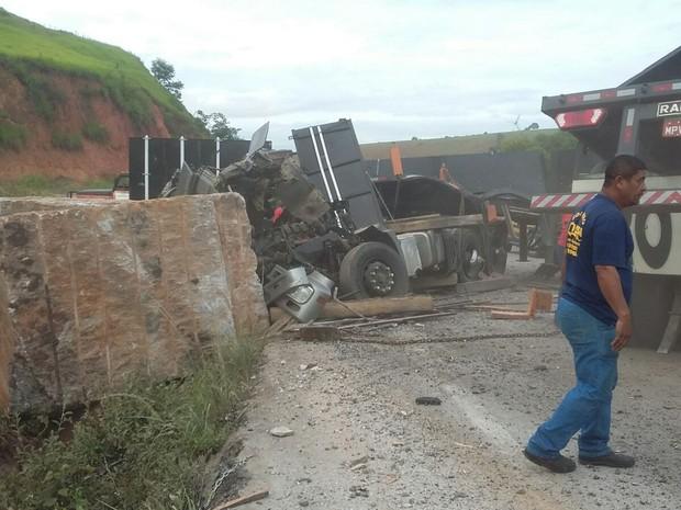 Veículo tombou em uma curva - Foto: Ana Carolina Magalhães/Inter TV dos Vales