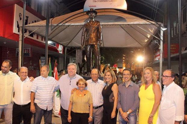 Autoridades prestigiam a inauguração do Monumento ao Imigrante Libanês de Teófilo Otoni (foto: Facebook)