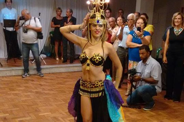 Natália Chaves, professora do Estúdio de Dança Corpo Livre, apresentou dois números de dança do ventre