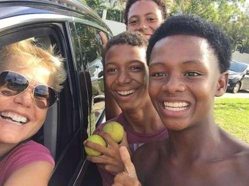 Xuxa é criticada por publicar foto com crianças trabalhando na rua
