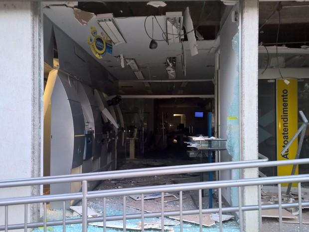 Bandidos explodiram caixas do banco do Brasil - Foto: Polícia Militar/Divulgação)