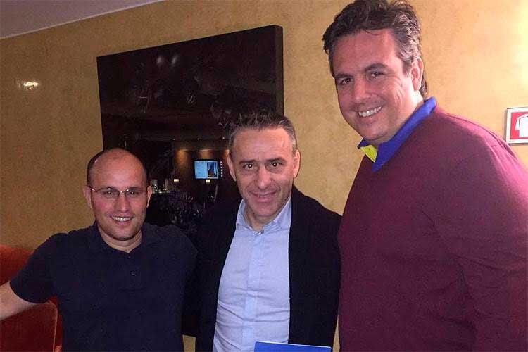 Diretor de futebol, Thiago Scuro, e vice de futebol, Bruno Vicintim, acertam contrato com Paulo Bento (centro)