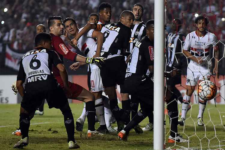 Momento do gol de Michel Bastos para o São Paulo na partida de ida das quartas de final da Copa Libertadores