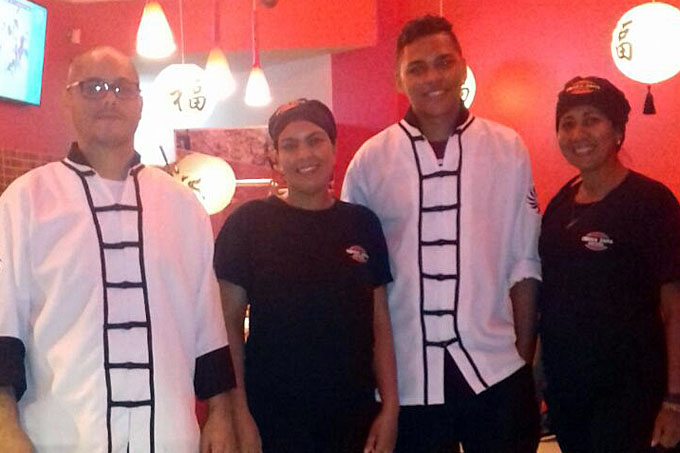 Equipe bem disposta: chefs e atendentes da Donna Japa