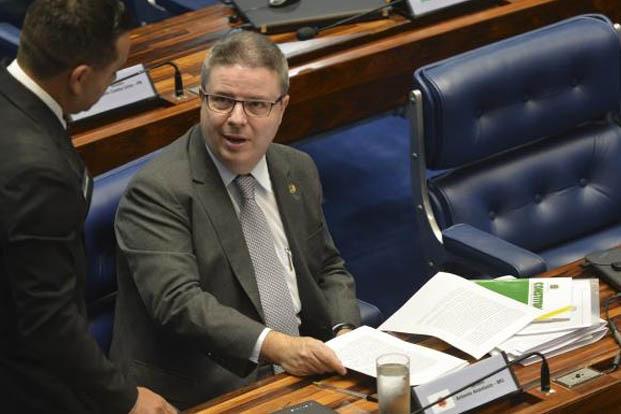 Brasília – O senador Antonio Anastasia durante sessão plenária para decidir sobre a admissibilidade do processo de impeachment da presidenta Dilma Rousseff (foto: Antonio Cruz/ Agência Brasil)