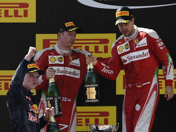 Kimi Raikkonen, Max Verstappen (com o braço levantado) e Sebastian Vettel comemoram no pódio depois do grande prêmio de Barcelona, na Espanha (Lluis Gene/AFP)