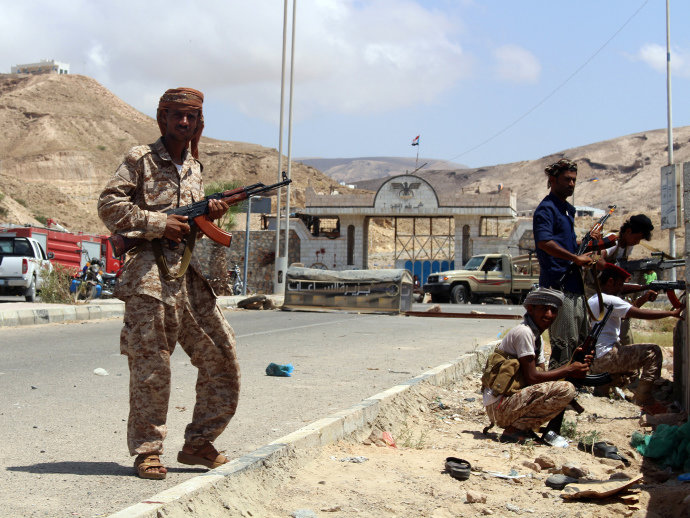 Guardas iemenitas protegem acampamento de segurança depois de ataque suicida em Mukalla (Stringer/AFP)