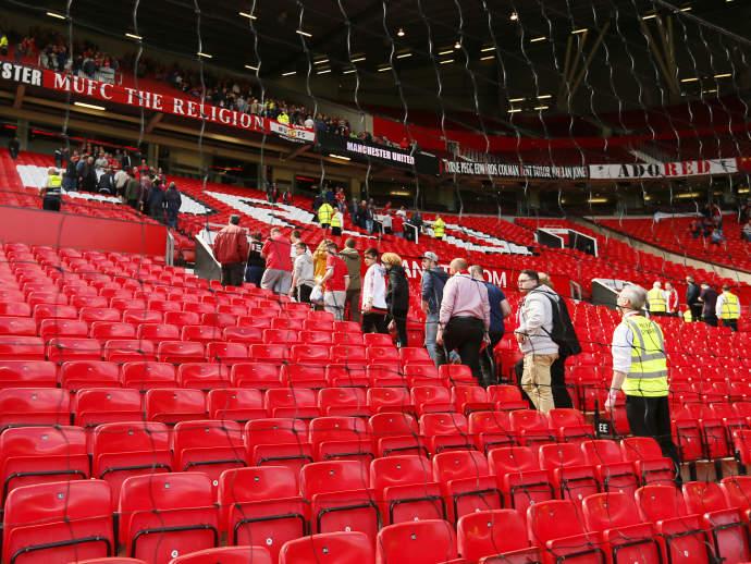 Fãs são obrigados a evacuar o estádio do Manchester United neste domingo por causa de suspeita de bomba (Jason Cairnduff/Reuters)