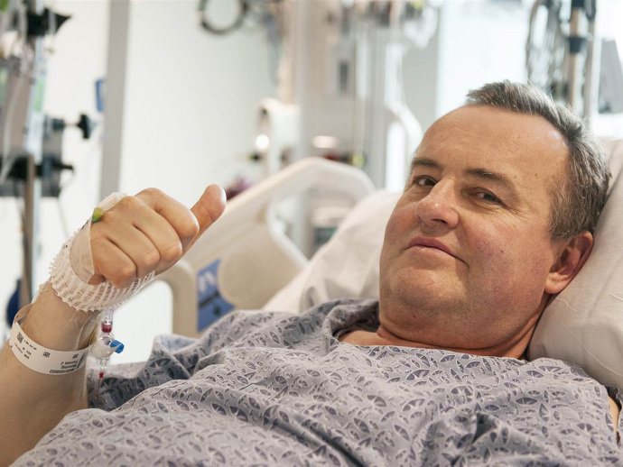 Thomas Manning, de 64 anos, se recupera bem após ter recebido o primeiro transplante de pênis dos Estados Unidos. A expectativa é que em algumas semanas ele consiga ter micção normal. Já a função sexual, pode demorar meses para ser restabelecida. (Sam Riley/Mass General Hospital/AP)