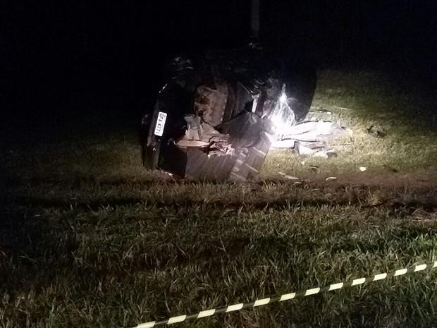 Carro do cantor Renan Ribeiro após o acidente em estrada