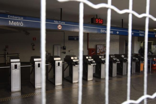 Usuários que se dirigiram às estações de metrô encontraram os portões fechados nesta segunda