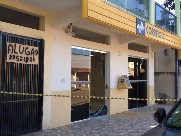 Criminosos usaram ferramentas para quebrar a porta da agência - Foto: Euzana de Fátima/Arquivo Pessoal