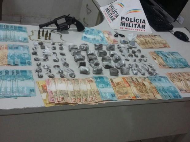 Polícia apreendeu maconha, dinheiro, arma e materiais do tráfico de drogas em Governador Valadares (MG). (Foto: Polícia Militar/Divulgação)