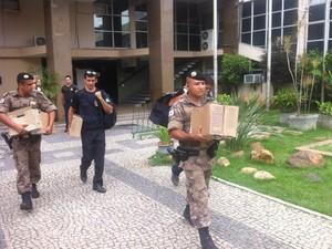 Documentos são levados pela polícia da sede da Prefeitura da cidade. (Foto: Sávio Scarabelli/G1