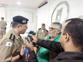 O Coronel Pinheiro concede entrevista à imprensa explicando a operação (foto: PMMG)