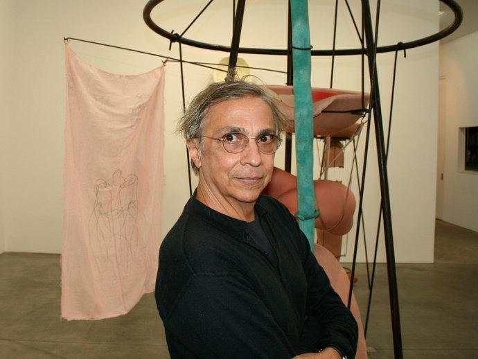 O artista plástico Tunga na galeria Luhring Augustine, em Nova York, nos Estados Unidos