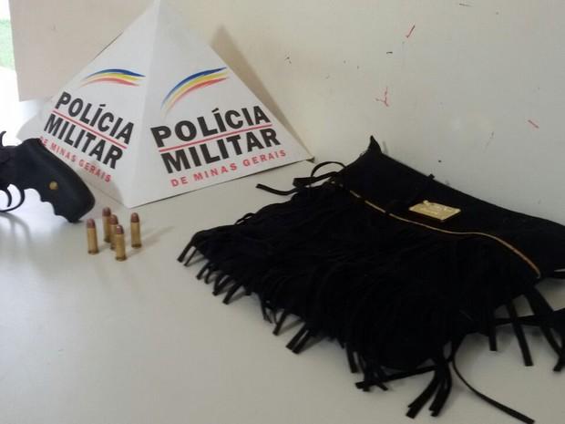 Bolsa e arma encontrada com a dupla de irmãos (Foto: George Gonçalves/ Arquivo Pessoal)