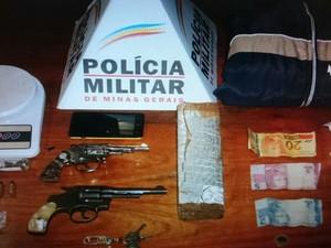 Material apreendido com os suspeitos (Foto: Polícia Militar/ Divulgação)