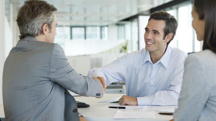 Segundo levantamento do Ipsos, 77% dos brasileiros são felizes no trabalho Profissionais de comercialização e consultoria de serviços bancários (Getty Images/VEJA)