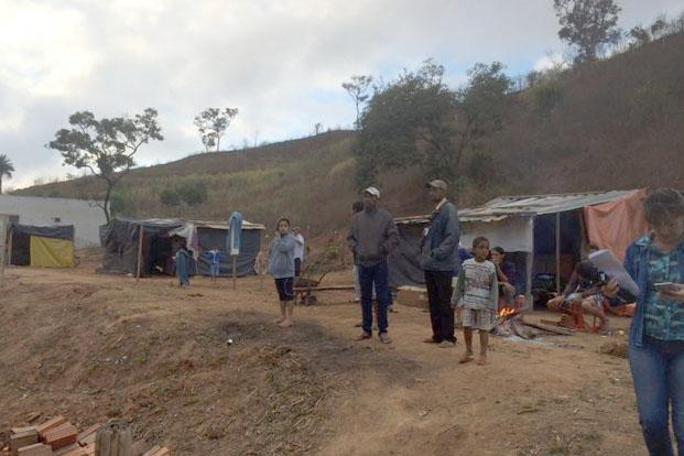 Os ocupantes das áreas invadidas veem a Polícia Militar chegando à área que deveria ser reintegrada (foto: Grupo de notícias do whatsapp Primeira Hora Notícias IV)