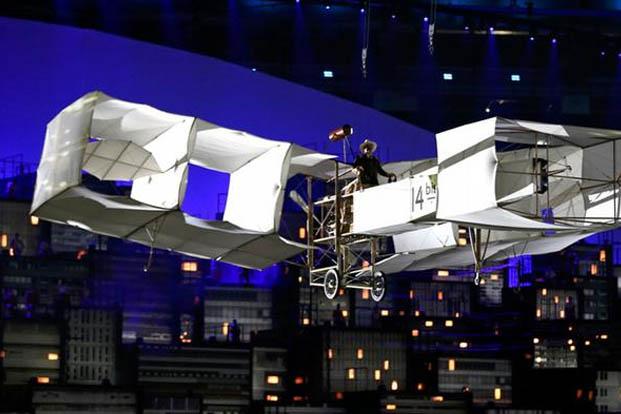 O lendário 14BIS, avião usado por Santos Dumont para fazer o seu primeiro voo, ganhou uma réplica que voou sobre o Maracanã e sobre o céu do Rio de Janeiro (foto: Damir Sagolj/REUTERS)