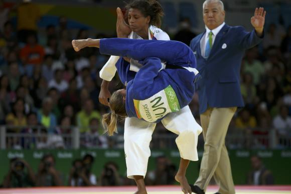 A judoca brasileira Rafaela Silva venceu a húngara Hedvig Karakas nas quartas-de-final Reuters/Toru Hanai/Direitos Reservados