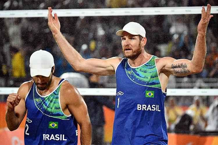 Mesmo com chuva, Bruno Schmidt (E) e Alison (D) levantaram a torcida nas arquibancadas de Copacabana