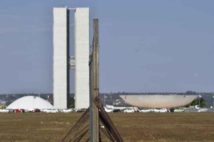 """Grades metálicas formam o """"muro"""" que vai separar os grupos pró e contra o impeachment: GDF trabalha com a estimativa de 60 mil manifestantes (Foto: Breno Fortes CB DA Press)"""