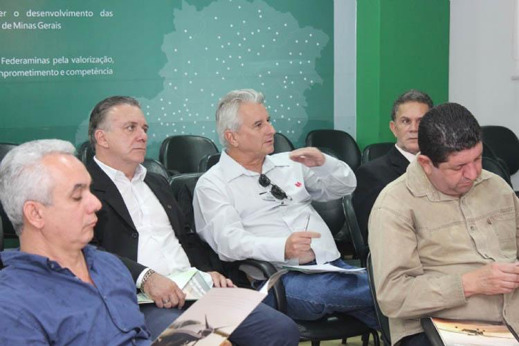 Teófilo Otoni, através do consultor Carlos Salomão, da ACE-TO (2º à direita), se fez representada entre as ACEs que apoiaram o Projeto de Integração Regional que ligará a cidade à capital mineira, BH