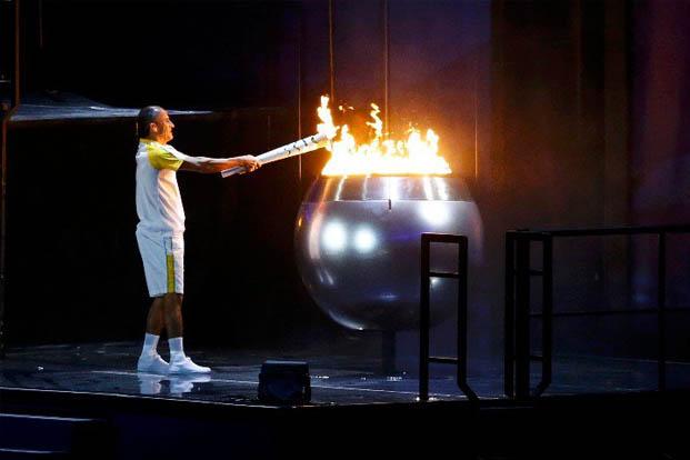 O atleta Vanderlei Lima acende a chama olímpica na abertura dos jogos, no Rio (foto:  Ivan Alvarado/REUTERS)