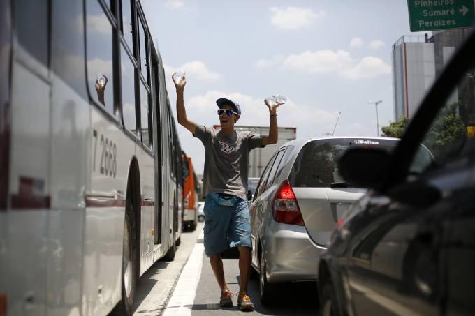 Alta de ambulantes é um dos indicadores de que a crise tem levado parte dos brasileiros para a informalidade (Nacho Doce/Reuters)