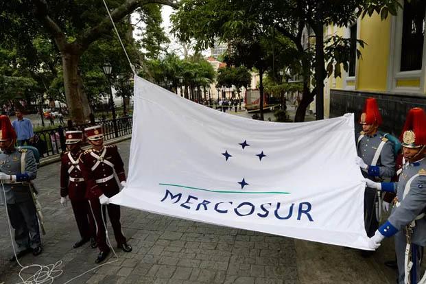 A bandeira do Mercosul é hasteada em frente ao prédio do Ministério das Relações Exteriores da Venezuela, em Caracas, na sexta (5) (Foto: Federico Parra/AFP)